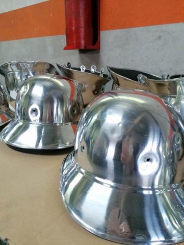 Brušenje poliranje obnova gasilskih čelad - Firefighter's helmets restored through grinding and polishing - Schleifen, Polieren und Restaurierung von Feuerwehrhelmen