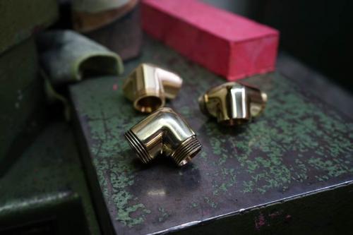 Medenina brušeno polirano - Ground and polished brass - Geschliffenes und poliertes Messing